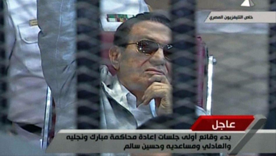 Gerichtssaal am Stadtrand von Kairo: Husni Mubarak verfolgt die Sitzung im Rollstuhl