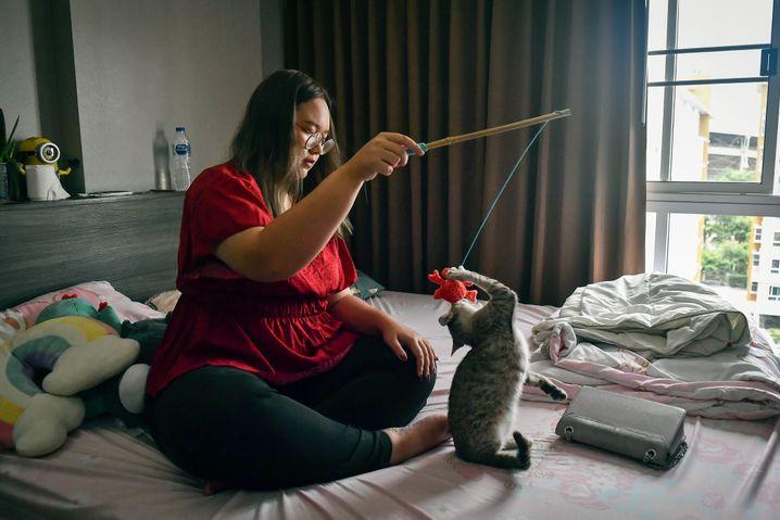 Panusaya in ihrem Zimmer auf einem Universitätscampus in Bangkok