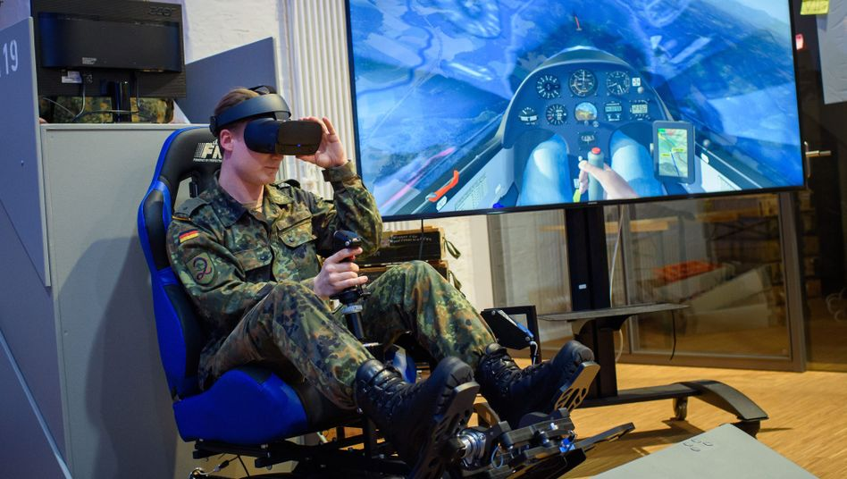 Soldat am Segelflugsimulator im Cyber Hub