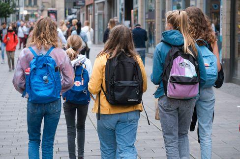 Schülerinnen in Düsseldorf (im August): Wie geht's weiter nach den Herbstferien?