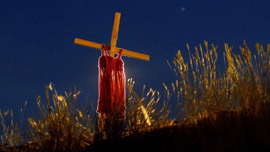 Kinderkleid an einem Kreuz nahe der kanadischen Kleinstadt Kamloops, wo im Juni die Überreste von 215 Kinderleichen gefunden wurden