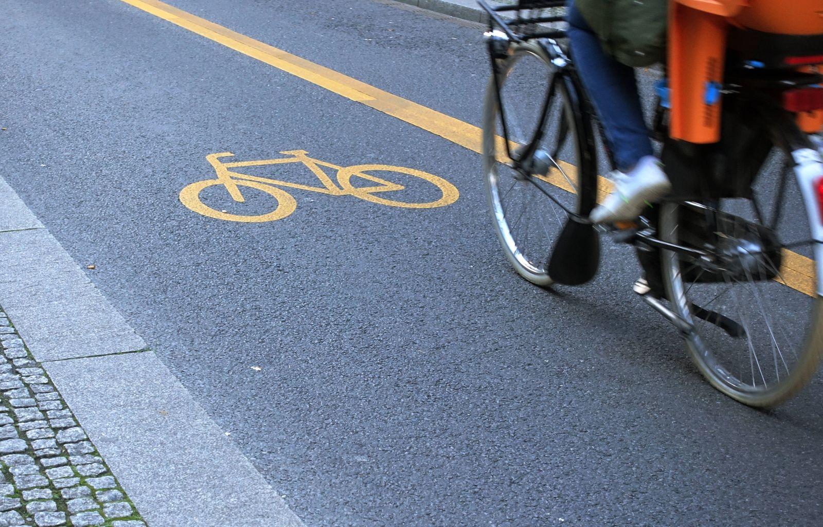 20.11.2020, Berlin, GER - Detailaufnahme: Radfahrer faehrt einen Pop-up-Radweg entlang. (Alltag, alternativ, Anschnitt,