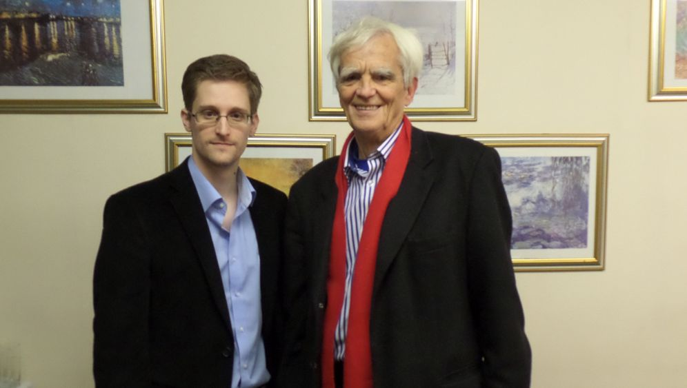 Photo Gallery: German Parliamentarian Meets Snowden In Moscow