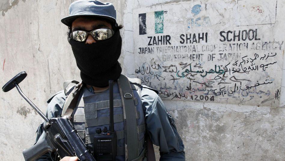Afghanische Sicherheitskraft vor Schule