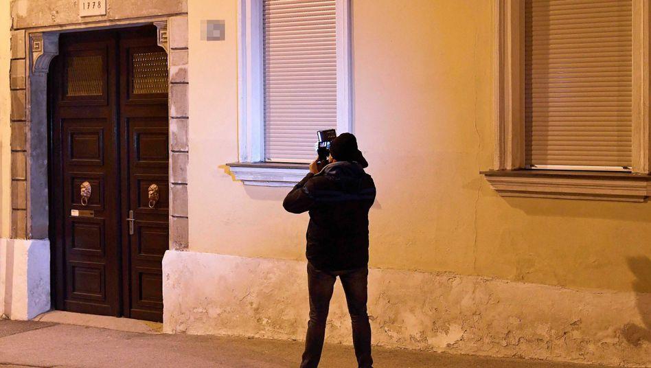 Ein Kameramann im Bereich des Tatortes in Eisenstadt