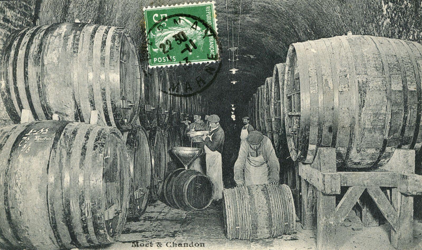 CAVE A VIN Moet & Chandon : vins en reserve . Photographie anonyme pour une carte postale vers 1910. Credit : Collection
