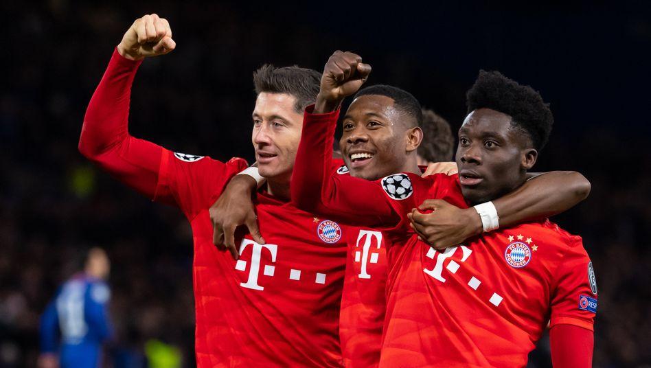 Mit zwei Assists und einem Tor hatte Bayerns Robert Lewandwoski (links) maßgeblichen Anteil am Sieg gegen Chelsea, David Alaba und Alphonso Davies (von links) jubeln mit