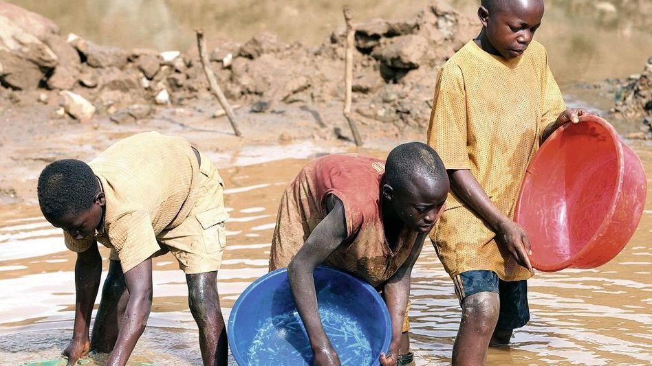 Kongolesische Kinder beim Goldwaschen