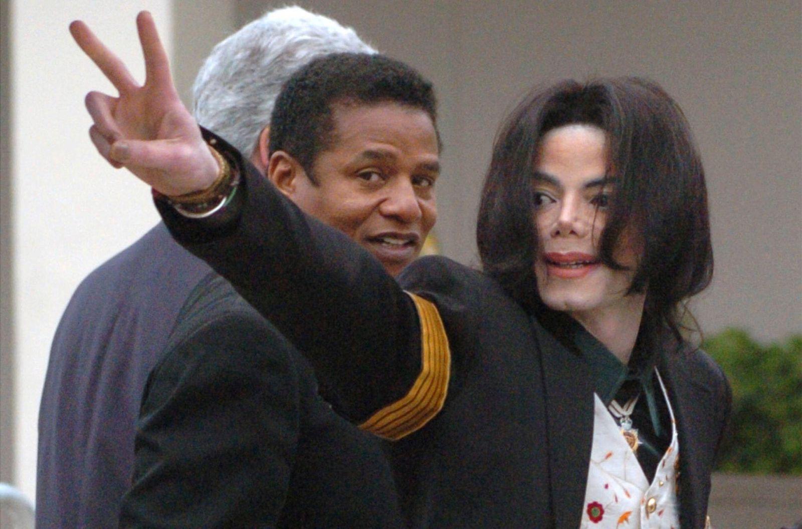 Mar 03 2005 Santa Maria CA USA MICHAEL JACKSON Michael Jackson gives peace or victory sign as h