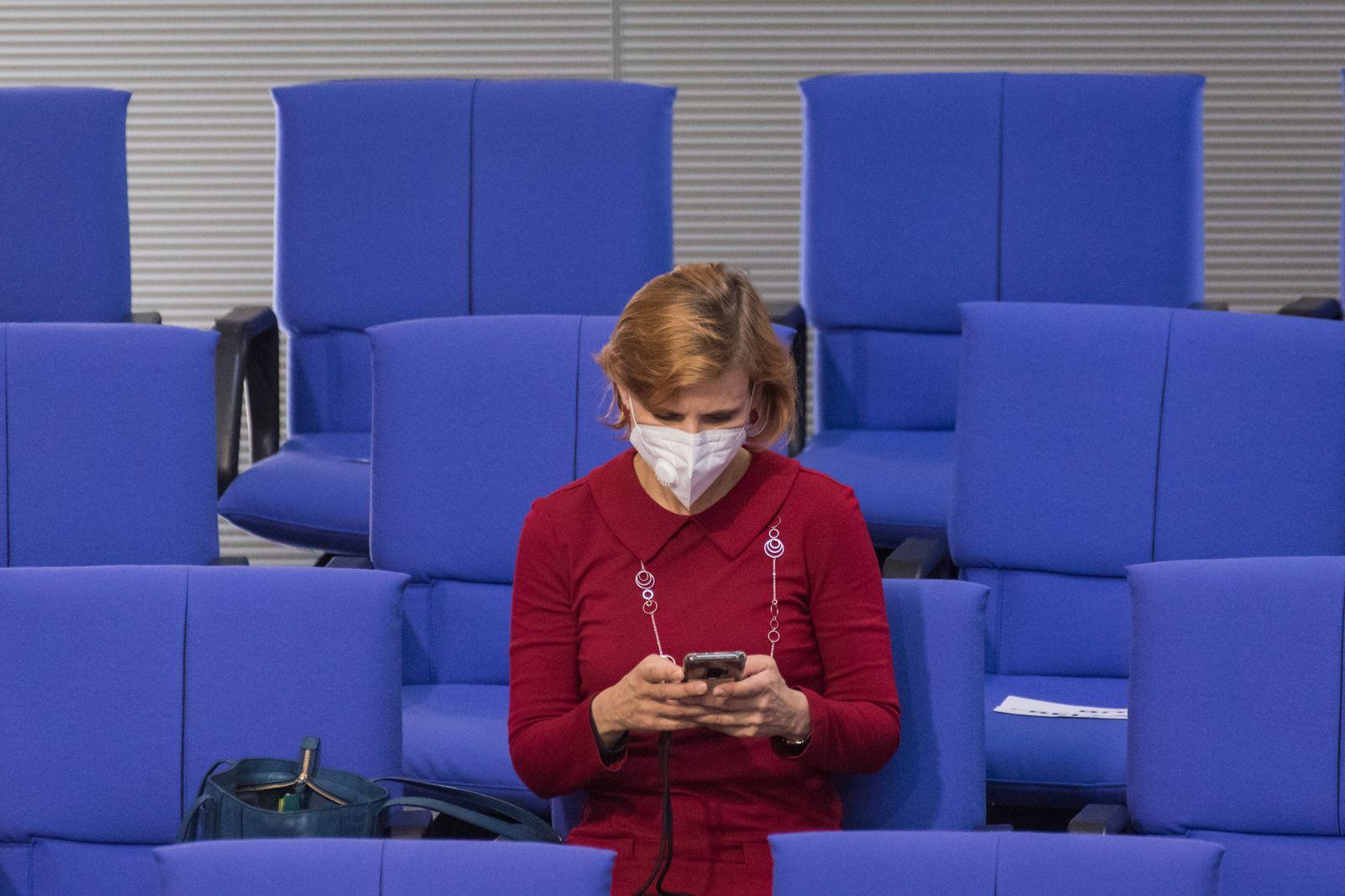 Berlin, Plenarsitzung im Bundestag Deutschland, Berlin - 15.05.2020: Im Bild ist Katja Kipping (die linke) mit schutzma