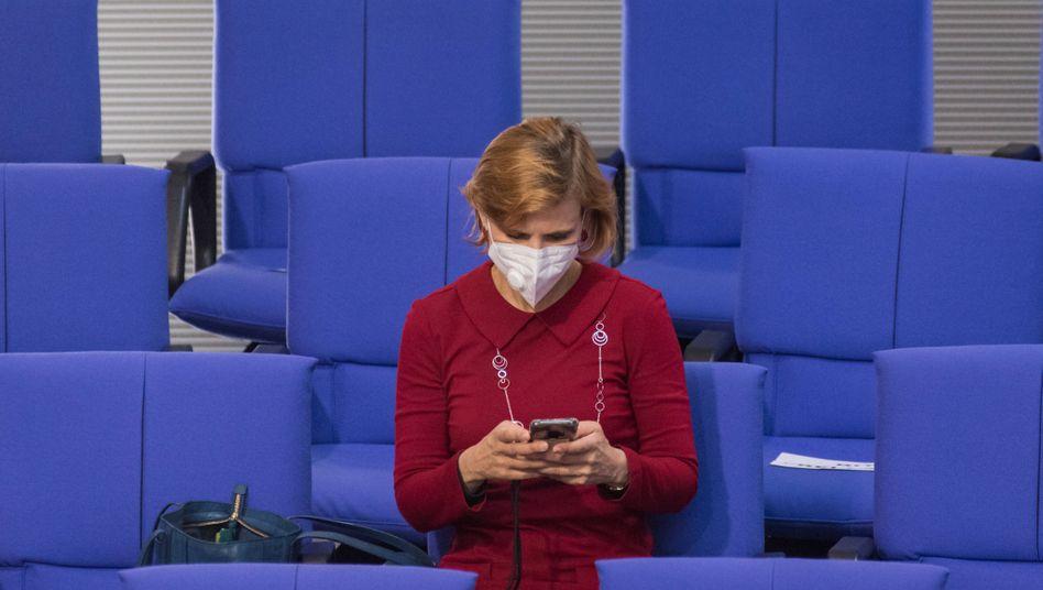 Linkenchefin Katja Kipping mit Mund-Nasen-Schutz im Plenarsaal des Bundestags (im Mai): Bald sollen alle Abgeordneten häufiger Maske tragen