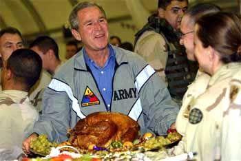 Präsident George W. Bush mit einem traditionellen Thanksgiving-Truthahn: Geistig träge durch Putenchemikalien?