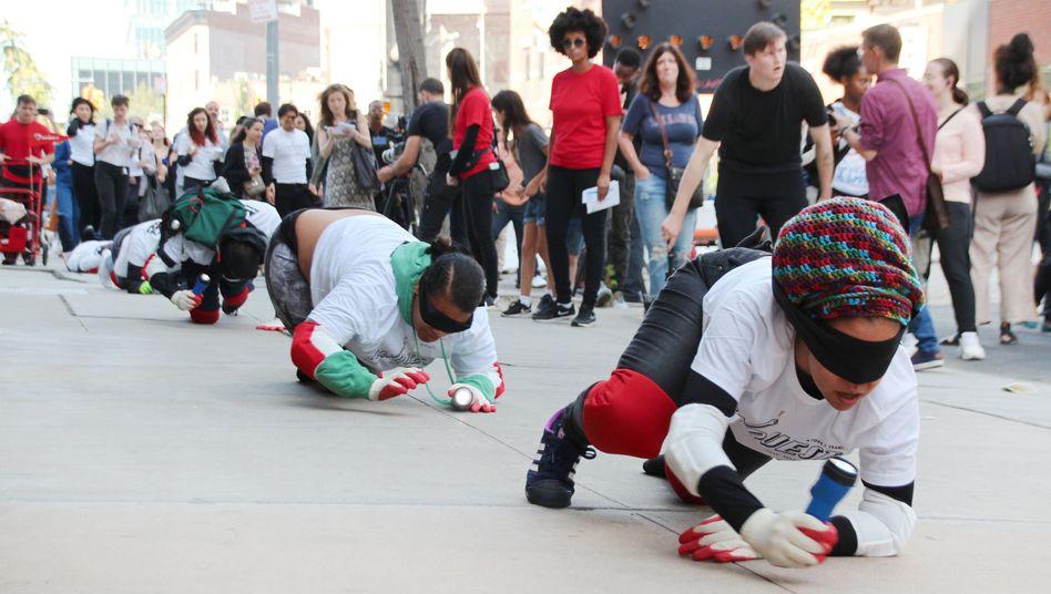 Für ein Kunstprojekt sind rund 140 Menschen auf den Knien durch New York gekrabbelt