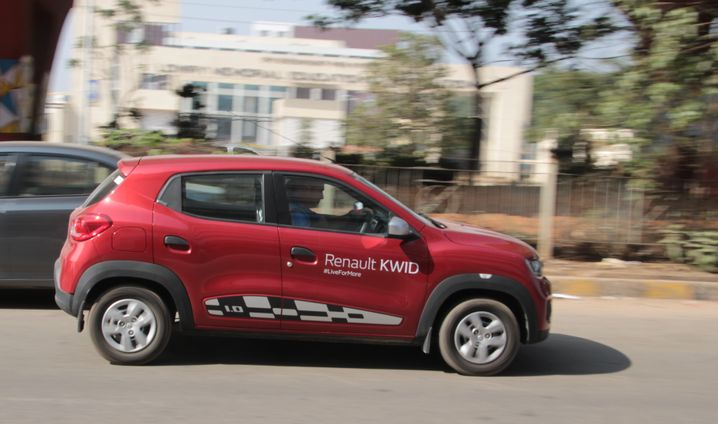 Ein Renault Kwid im indischen Straßenverkehr.
