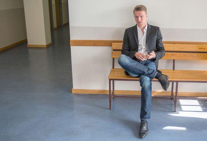 Maik Franz 2014 vor einem Saal des Arbeitsgerichts Berlin-Brandenburg