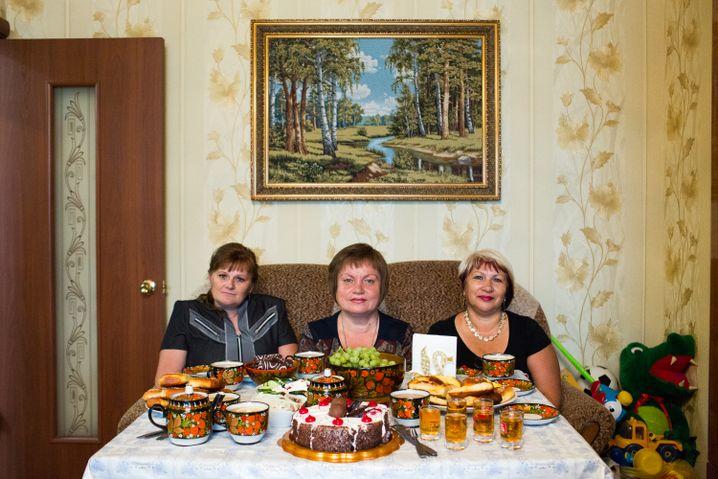 Galina Ignatijewa (v.l.), Tatiana Jelistratenko, Swetlana Rjabkowa - seriös und nach einem Gläschen Selbstgebrannten