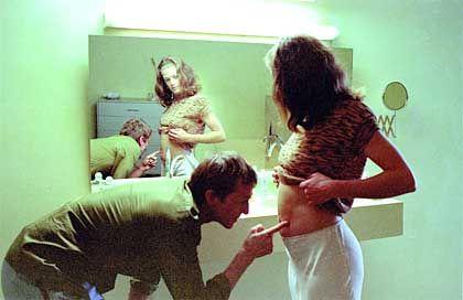 Das Leben als permanente Krise: Marie (M. Bäumer) ist schwanger, während Robert (A. Hennicke) mit HIV-infizierten Huren schläft
