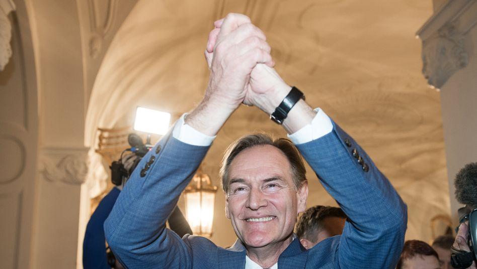 Der alte und neue OB lässt sich im Leipziger Rathaus feiern