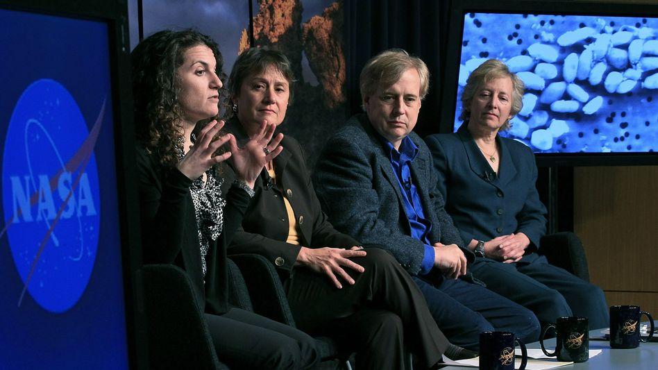 Nasa-Pressekonferenz am 2.12.2010: Felisa Wolfe-Simon (li.) präsentiert ihre Forschung