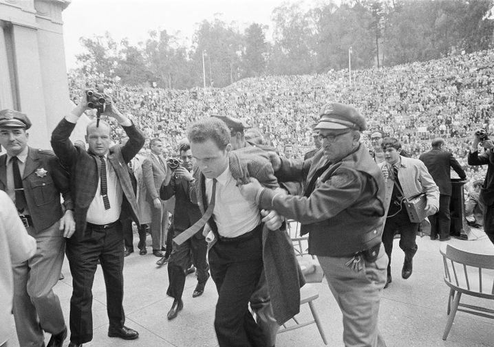 """Reporter Wenner 1946 (im Hintergrund rechts mit Aufnahmegerät bei Studentenprotesten an der Universität Berkley): Im """"Rolling Stone"""" verbanden sich alle Schwungkräfte der späten Sechziger zu riesiger Wucht"""