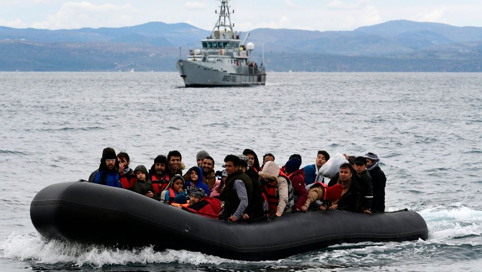 Ein Boot mit Schutzsuchenden vor der griechischen Insel Lesbos wird von einem Frontex-Patrouillenschiff begleitet
