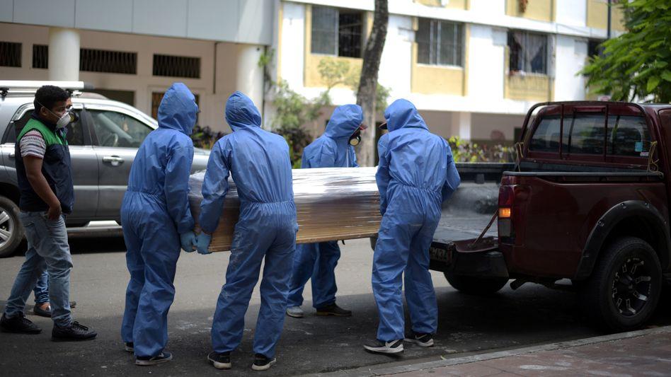 Spezialeinheit bei Transport einer Leiche in Guayaquil (am 8. April): Apokalyptische Szenen