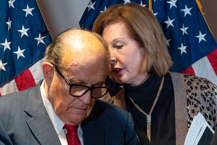 Sidney Powell und Rudy Giuliani in der Zentrale der Republikaner in Washington