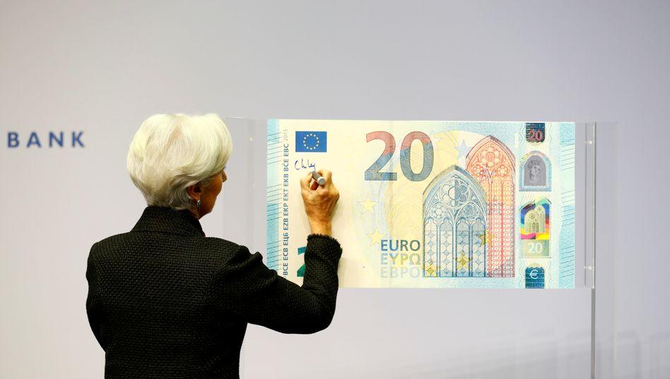 EZB-Chefin Christine Lagarde unterschreibt im November 2019 den neuen 20-Euro-Schein