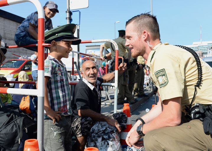 Willkommen in München: Polizist mit Flüchtlingskind am Hauptbahnhof