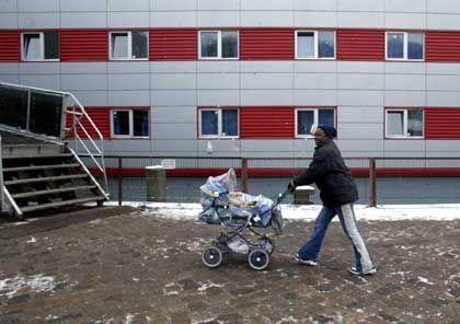 """Mutter vor der Zentralen Erstaufnahmestelle für Flüchtlinge in Hamburg: """"Überall wollen sie die Urkunde sehen"""""""