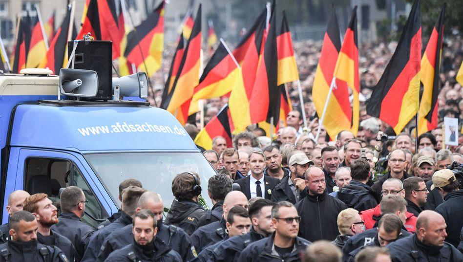 """AfD-""""Schweigemarsch"""" in Chemnitz mit Höcke (links mit Krawatte) und Bachmann (Mitte mit Bart und weißer Rose)"""