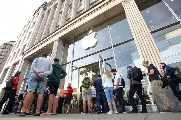 Kunden vor dem Apple Store