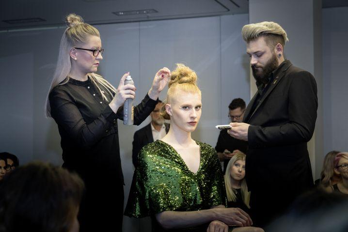 Make-up, Haarspray, Stylisten - Alltag für Veit