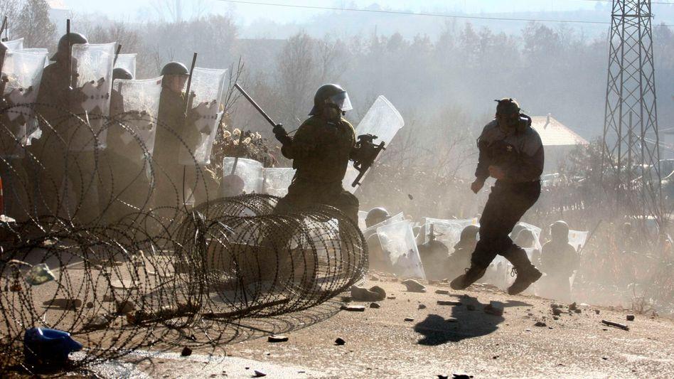 Ausschreitungen im Kosovo: Immer wieder Zusammenstöße an der serbischen Grenze