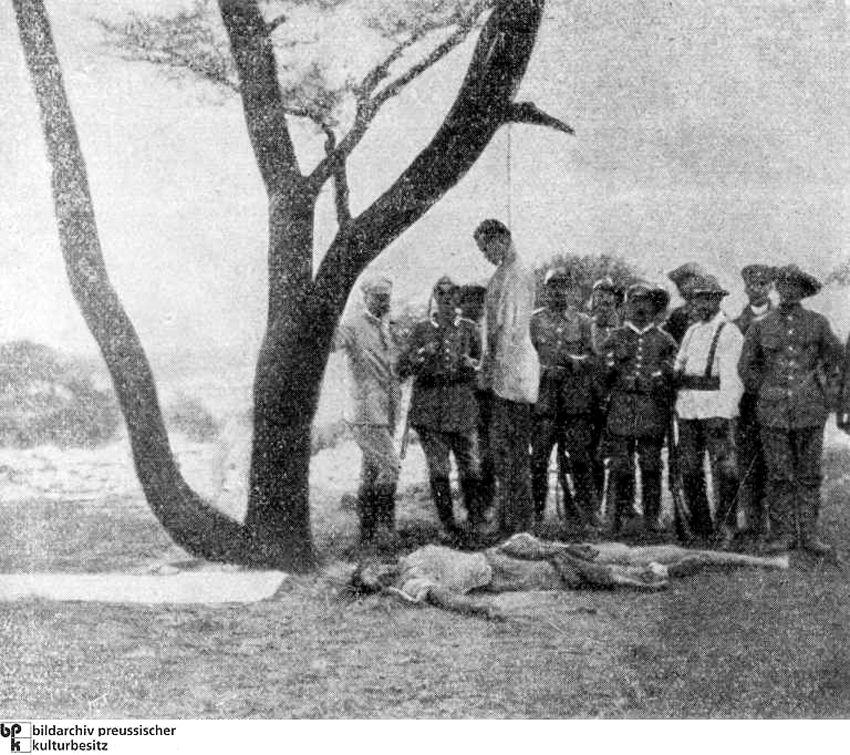 На фото повешен Гереро, женщина на земле убита немцами, которые якобы шпионили в для племени.