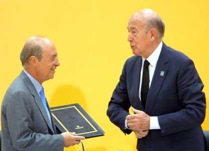 Bürgbeteiligung unerwünscht: Konvents-Präsident Valery Giscard d'Estaing überreicht dem griechischen Premierminister Costas Simitis am 20. Juni 2003 den Entwurf für die Europäische Verfassung