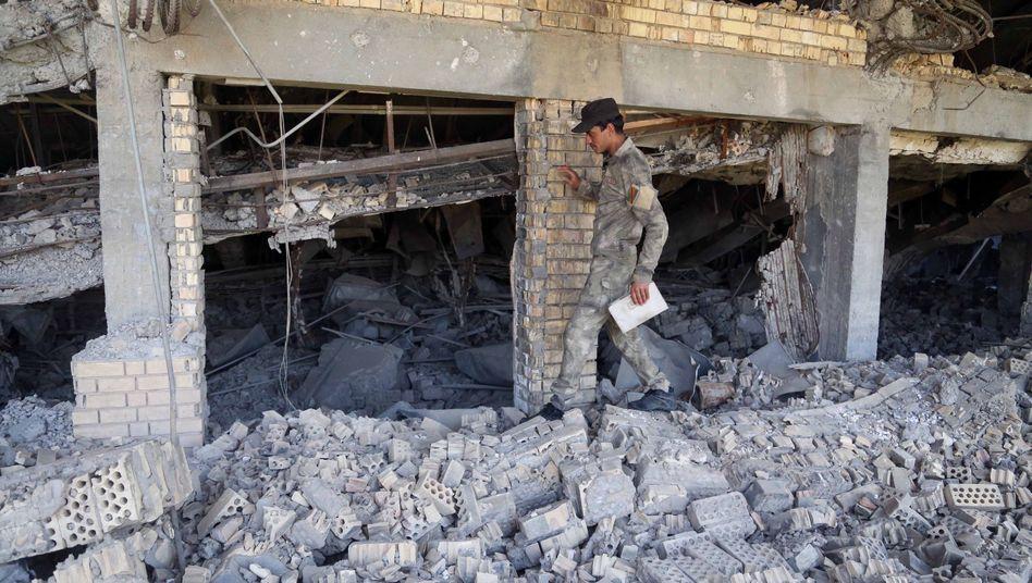 Irakischer Soldat in den Trümmern von Saddams Grab: Nur noch Säulen übrig