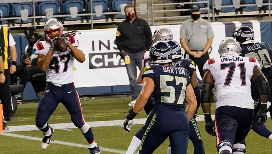 Jakob Johnson (l.) fängt den Touchdown-Pass