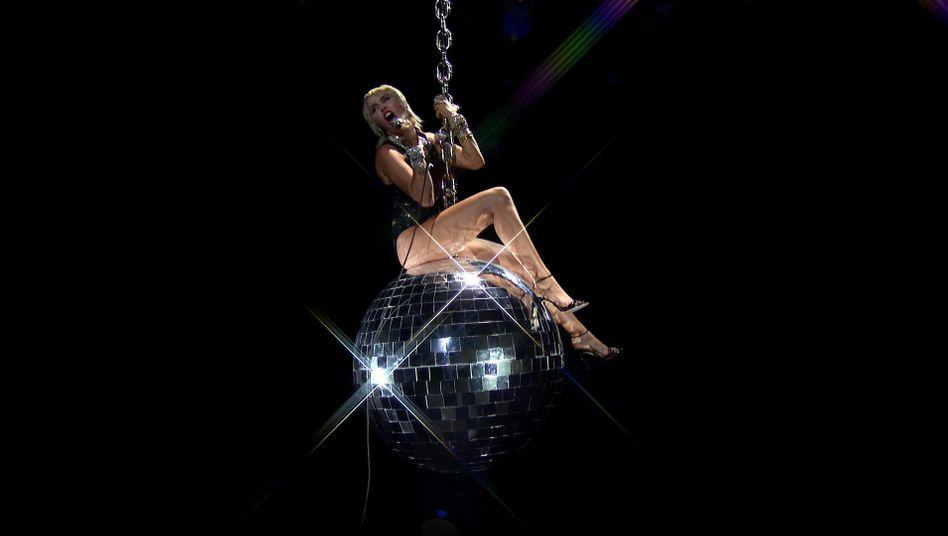 Miley Cyrus sang auf einer Diskokugel-Abrissbrine