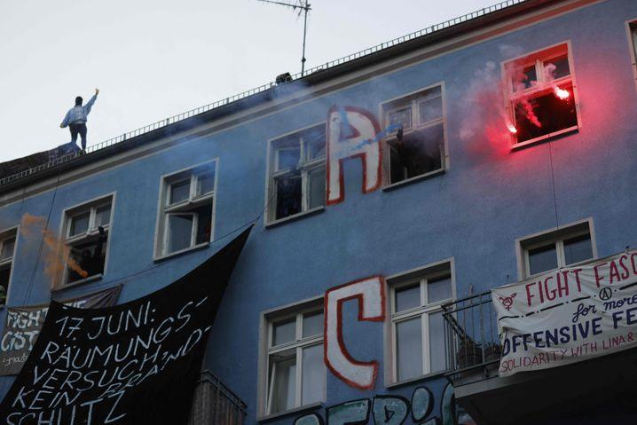 Proteste auf dem teilweise besetzten Haus Rigaer Straße 94