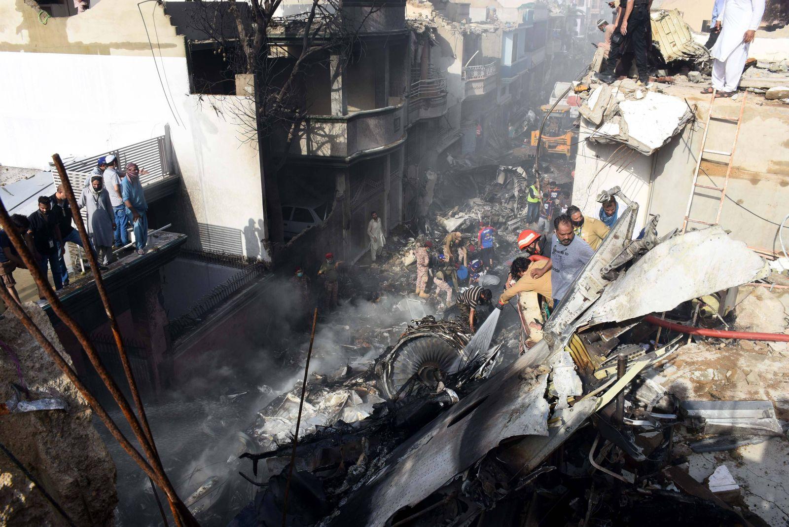 (200522) -- KARACHI, May 22, 2020 -- Rescuers work at the plane crash site in Karachi, Pakistan, May 22, 2020. Rescuers