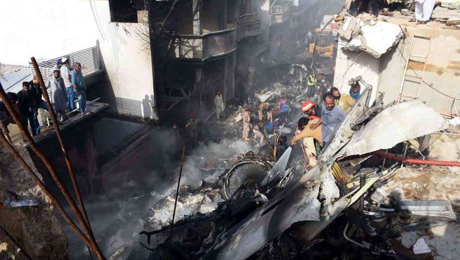 Rettungskräfte an der Absturzstelle in Karatschi