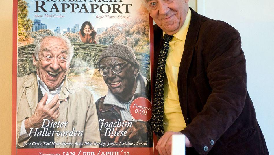 """Dieter Hallervorden mit dem Plakat von """"Ich bin nicht Rappaport"""": """"Ekelhaft!"""""""