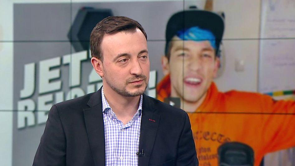 """CDU-Generalsekretär Paul Ziemiak vor einem Video des YouTubers Rezo im """"Welt""""-Nachrichtenstudio"""