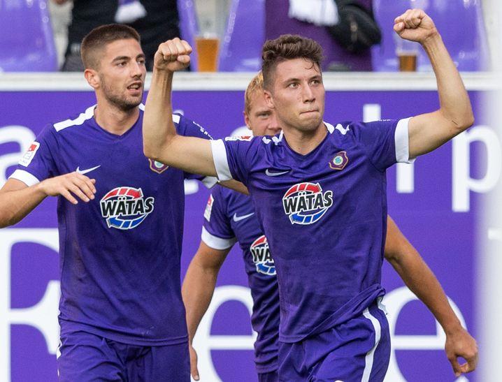 Aue bejubelt den dritten Treffer gegen Wehen Wiesbaden