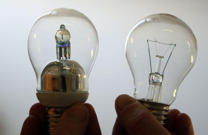 Kompromiss auf Zeit: Wärmeres Licht und eine bessere Lichtausbeute bieten auch Halogenlampen (links). Sie sind aber nicht gut genug: Die verbrauchsstärkeren Halogenlampen sind bereits verboten.