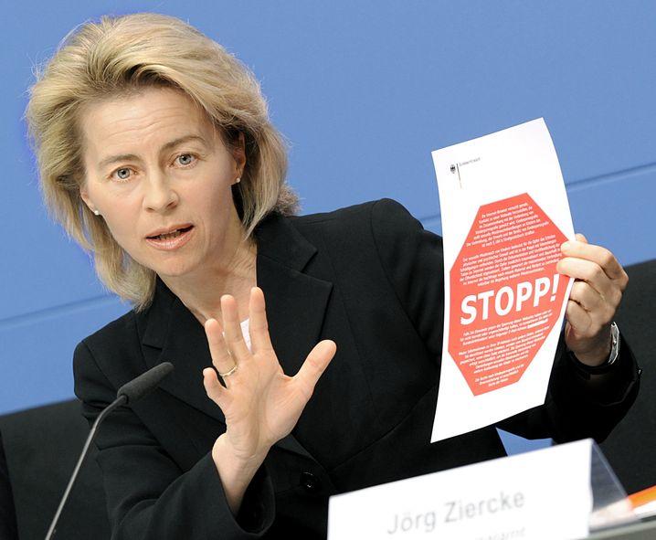 Familienministerin von der Leyen (CDU) mit dem Stopp-Hinweis, der vor gesperrten Internet-Sites warnen soll