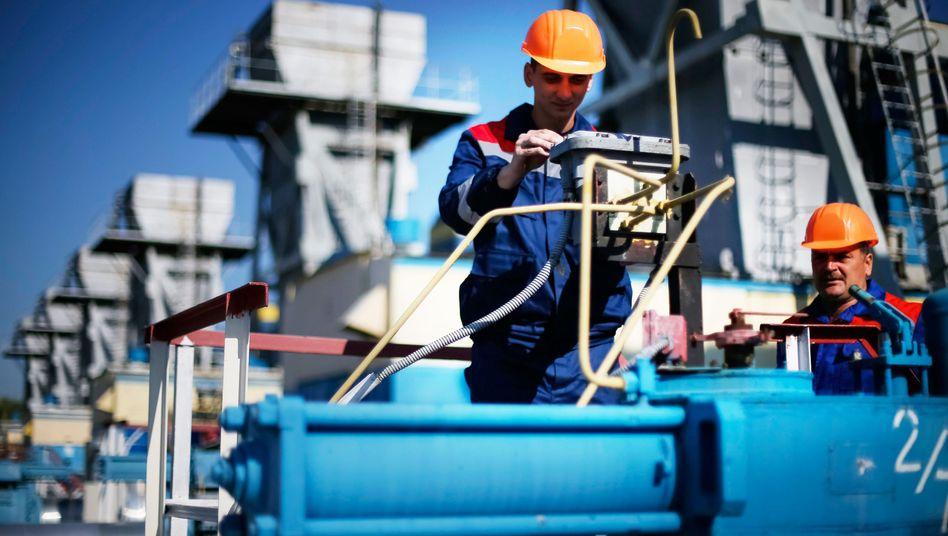 """Arbeiter in einer Anlage bei Uschgorod: Gaslieferungen aus Russland """"auf Null"""""""