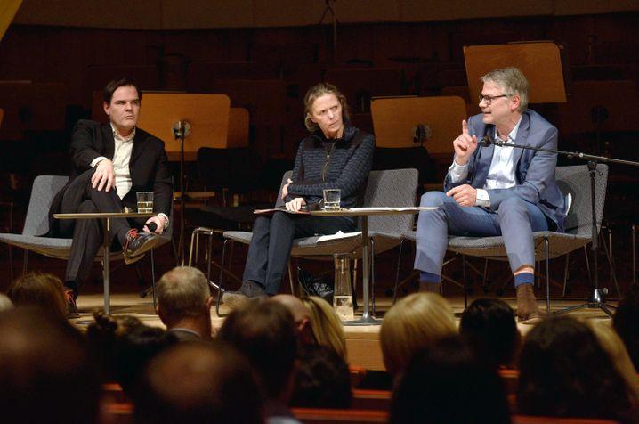 Uwe Tellkamp (l.) und Durs Grünbein mit Moderatorin Karin Großmann