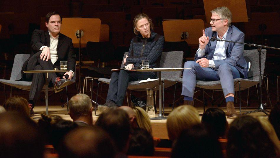Schriftsteller Uwe Tellkamp (l.), Dichter Durs Grünbein und Moderatorin Karin Großmann im Kulturpalast